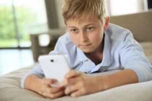 Niño usando aplicaciones educativas para reforzar su aprendizaje