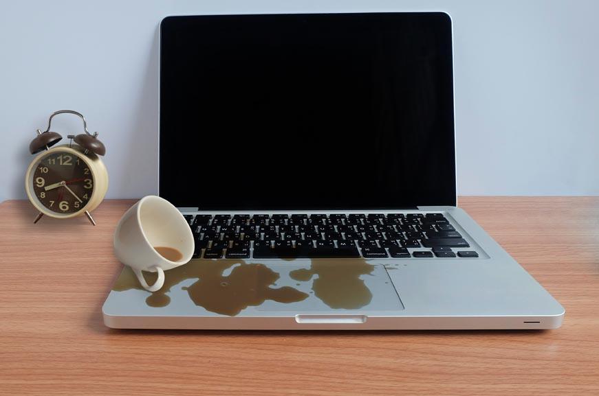 Líquido derramado sobre el teclado de una macbook