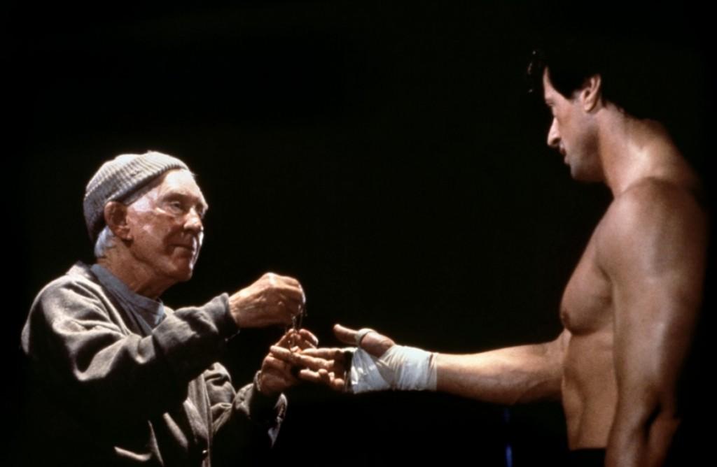 Rocky recibiendo regalo de