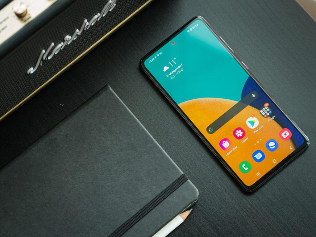 El teléfono Samsung Galaxy A52 sobre el escritorio