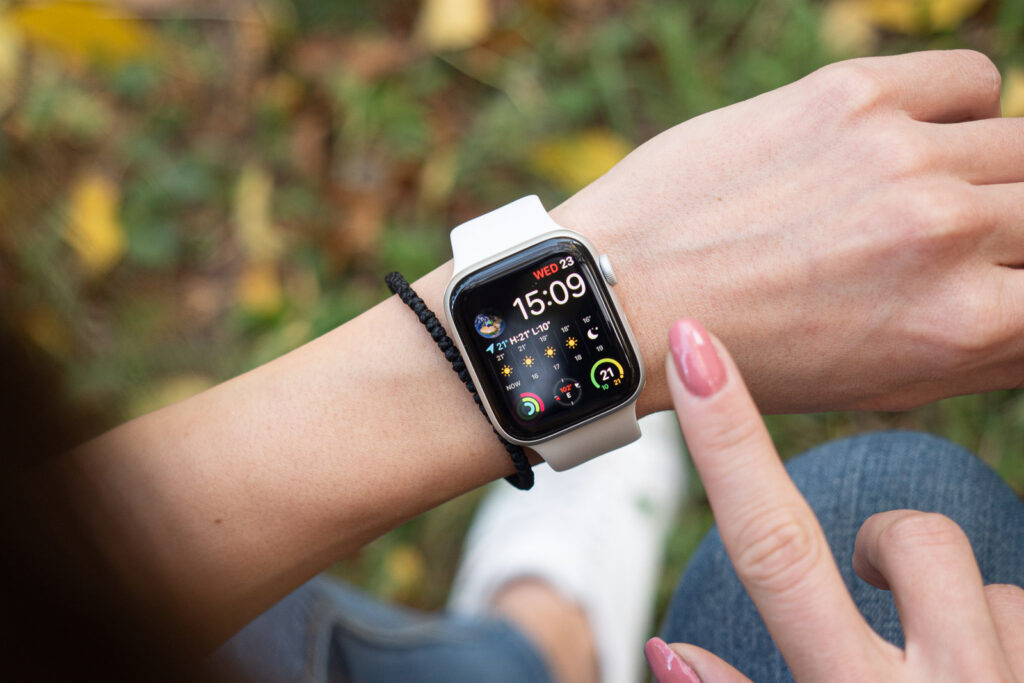 Mujer usando el Apple Watch Series 6