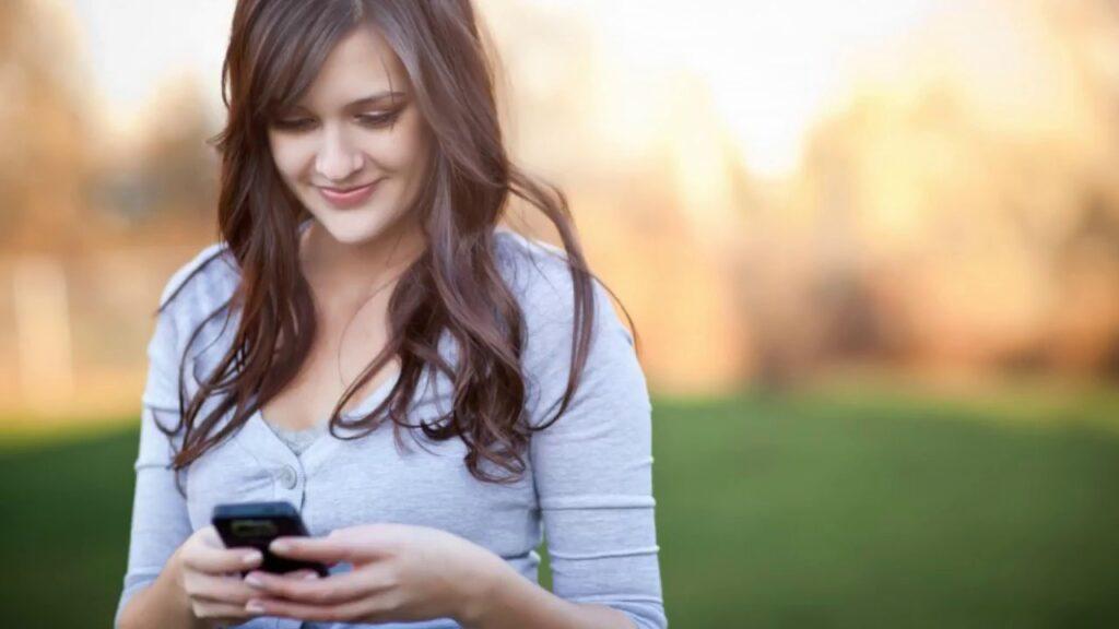 Mujer usando una alternativa a WhatsApp