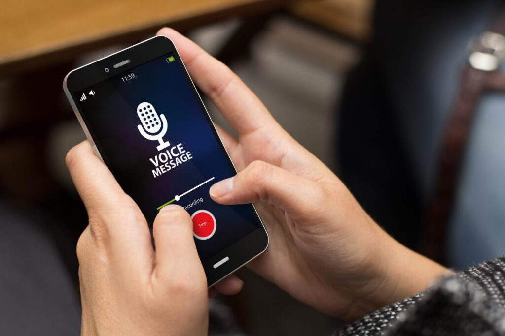Grabando audio con el teléfono en la oficina